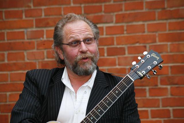 Sandy Wolfrum mit Gitarre